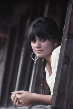 Singer Linda Ronstadt poses for a portrait for her first solo album 'Hand Sown . Home Grown' on March 1968 in Topanga, California. Get premium, high resolution news photos at Getty Images Linda Ronstadt, 70s Music, Rock Music, Blues Music, Jazz, Women Of Rock, Bagdad, Beautiful Voice, Female Singers