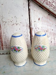 Salt and pepper shakers blue white ceramic vintage kitchen | Etsy Vintage Candy, Vintage Wear, Unique Vintage, Retro Vintage, Vintage Items, Cork Stoppers, Pastel Mint, Gold Wood, Salt And Pepper