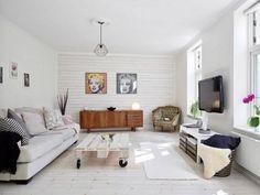 lambris mural, revetement mural en bois et sol en bois blanc, déco pop art de salon