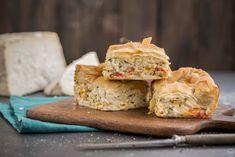 """Πεντανόστιμη κοτόπιτα με πιπεριές και χωριάτικο φύλλο """"κιχί"""" - madameginger.com Spanakopita, Salmon Burgers, Bacon, Lunch Box, Appetizers, Pie, Chicken, Ethnic Recipes, Food"""