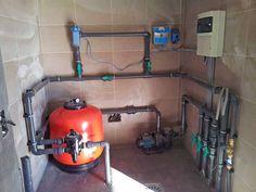 La maquinaria de la piscina se instalará en el cuarto proyectado. Se instalará un sistema filtrante y un sistema de tratamiento de agua por cloración salina. En este cuarto se reserva espacio para en un futuro poder instalar bombas de hidromasaje y bomba de calor para climatizar el agua de la piscina.