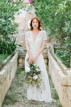 Modern, elegant minimalist bridal style with splashes of pink and blue details. #modernbrides #elegantbridalstyle #elegantbridalinspiration #minimalistbride #minimalbridalstyle