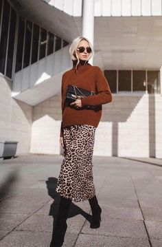How to rock the casual chic look Fall Fashion Outfits, Look Fashion, Trendy Outfits, Womens Fashion, Fashion Ideas, Leopard Skirt Outfit, Winter Skirt Outfit, Leopard Print Skirt, Look Blazer