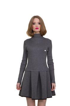 Платье HEI MEI REN. Артикул 010-010-0021-06. Стоимость 2550 руб. Платье в стиле casual - отличный вариант как на каждый день. Платье с верхом по фигуре и пышной юбкой из ткани, которая держит форму. Отстёгивающийся значок. Замеры: Длина изделия: 87 см. Длина юбки отдельно: 37 см. Длина рукава: 56,5 см. Ширина подмышками: 34 см. Высота горловины: 4 см.