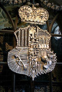 Герб в церкви костей