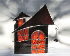 Il sagit dun porte-bougie Halloween vitrail (photophore) pour une bougie de thé unique. Le chandelier a un plateau entièrement fermé qui tient la bougie donc il ne sera pas glisser par accident. Lavant de la porte-bougie est une maison de spooky Halloween vitraux en verre violet foncé avec une fenêtre en verre de leau orange. Une araignée de pépite de verre est bancale du toit. La lanterne a été effectuée à laide de la feuille de cuivre ou méthode de style « Tiffany » - est venue sans…
