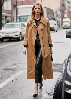 See the Latest New York Fashion Week Street Style Fall 2019 Street Look, Autumn Street Style, Nyfw Street, Blue Oxford Shirt, Dress Up Jeans, New Yorker Mode, 30 Outfits, New York Fashion Week Street Style, Street Fashion