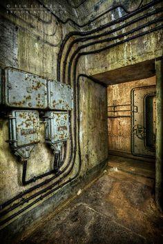 """Le photographe allemand Ben Schreck, actuellement basé à Nantes et passionné de """"décadence urbaine"""", a photographié les bunkers abandonnés le long de la"""