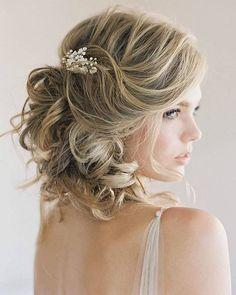 Timeless and elegant hairstyle 😍 Love it! 💗 Double tap if you like it ... . . Hairstyle by @chialimengartistry . . #weddingforward #wedding #bride #instahair #weddingday #bohobride #sydney #valentino #bridallook #weddinginspiration #instawedding #hairpost #weddingideas #weddingphoto #weddingtime #instabride #hairdresser #weddingblog #hairaccessory #hairstyle #hairdo #bridalmakeup #bridalhair #weddinghair #weddinghairstyle #greenwedsingshoes #hairinspo #fashionable #chic #stylish