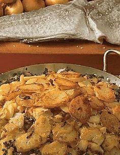 Recette Morue à la Lyonnaise : La veille, faites dessaler la morue. Faites cuire les pommes de terre dans leur peau, laissez-les refroidir. Mettez à cuire la morue à l'eau froide. Dès que l'ébullition est atteinte, laissez-la pocher hors du feu. Emincez les oignons, faites-les fondre sans dorer... Marinade Sauce, Lyonnaise, Cod Fish, French Food, Seafood, Food And Drink, Menu, Chicken, Cooking