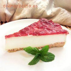 Esta tarta de queso sin horno puede decorarse con mermelada de higos, de frutos rojos (como en la foto) o simplemente cubrirse con caramelo o miel y nueces.