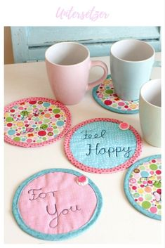 Fabric Crafts Coasters, ideas for fabric remnants, sewing idea, sewing little things, small gifts … Sewing Hacks, Sewing Tutorials, Sewing Crafts, Sewing Tips, Sewing Ideas, Upcycled Crafts, Fabric Remnants, Fabric Scraps, Woven Fabric