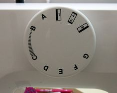 Coser ojales con máquina casera Cooking Timer, Clock, Sewing, Cilantro, Sewing Tips, Scrappy Quilts, Beginner Sewing Patterns, Sewing Lessons, Sewing Patterns Free