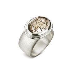 Lindeza de anel em prata e quartzo rutilado da Coleção Garimpo  #joiasrenatarose #joias #renatarose #renatarosedesignerdejoias #joiasparaamar #designdejoias #joalheriacontemporanea #joiascompersonalidade #joiasparasempre #joiasunicas #slowjewelry #slowdesign #designmaker #cooljewelry #Joyá #joyaipanema #temnajoya #garimpo #statementjewelry