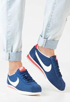 c864c62ae1f6 Erlebe die warme Jahreszeit von ihrer bequemsten Seite. Nike Sportswear  CLASSIC… Nike Sportswear