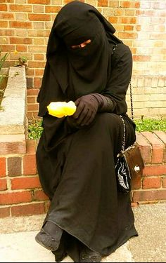 Fully Covered Beauty in Niqab and Abaya Hijab Niqab, Muslim Hijab, Mode Hijab, Arab Girls Hijab, Girl Hijab, Muslim Girls, Beautiful Muslim Women, Beautiful Hijab, Hijabi Wedding