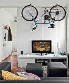 Bicicleta como um elemento de decoração no apartamento.