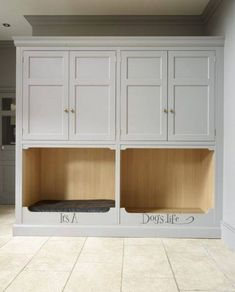 Entry/Mudroom Cabinetry: It's a dogs life! Create your very own pet cupboard in the kitchen. A great way to keep everything clean and tidy for your dogs and cats. Room Interior, Interior Design Living Room, Living Room Designs, Built In Dog Bed, Orangerie Extension, Boot Room Utility, Utility Room Designs, Dog Spaces, Animal Room
