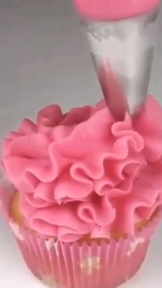 Thinking of making beautiful cupcakes for the party? It can be easy with the right piping tip 😍 putonapron cupcakes pipingtips pipingtechniques pipingskills 742742163530129804 Mini Cakes, Cupcake Cakes, Cup Cakes, Cupcake Decoration, Decorations, Tolle Cupcakes, Professional Cake Decorating, Cupcakes Decorados, Cake Decorating Videos