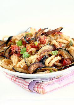 Scialatielli alle Melanzane Fritte, Mollica al Peperoncino e Pistacchi