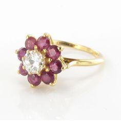 Bague rubis et diamant. Une jolie réalisation pour cette bague bien dans son époque les rubis sont d'un beau rouge profond et révèlent le diamant central.