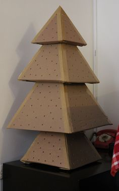 Rbol de navidad con cajas de cart n paso 4 hacer huecos for Arbol de navidad con cajas de carton