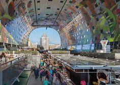 Markthal Rotterdam es un nuevo mercado cubierto en Holanda, el cual abarca aproximadamente 312,000 metros cuadrados. Además de ser tan grande, llama la atención por su increíble diseño y por tener también dentro un complejo habitacional. Con 96 stands de comida, 20 locales comerciales y además 228 departamentos este enorme y artístico mercado está dando de que hablar