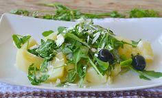 Insalata di patate con rucola olive e formaggio