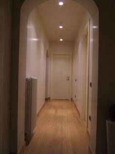 il piano di una cucina illuminato da una striscia led bianca ...