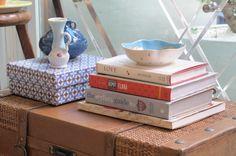 Caixas de presente tão sofisticadas acabam virando objeto de decoração e ainda ajudam a esconder controles e outros objetos. www.joypaper.com.br