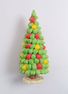 Tuto Kids : petit sapin de Noël en Playmaïs | Cultura Handmade Christmas Decorations, Christmas Crafts, Xmas, Christmas Ornaments, Holiday Decor, Diy And Crafts, Arts And Crafts, Craft Materials, Kids And Parenting