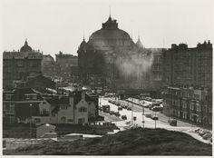 Scheveningen<br />Scheveningen 1972: Gevers Deynootweg gezien van de kant van het Zwarte Pad richting Gevers Deynootplein en Kurhaus. Linksvoor o.a. Paviljoen Strandvreugd en Olympia