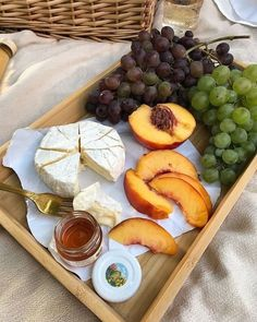 Fruit, honey and cheese platter #snacks #yum Think Food, I Love Food, Good Food, Yummy Food, Yummy Yummy, Food Porn, Comida Picnic, Food Platters, Food Goals
