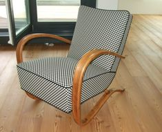Hotové křeslo. Outdoor Chairs, Outdoor Furniture, Outdoor Decor, Mid Century Modern Living Room, Wall Bookshelves, Reading Nook, Decoration, Mid-century Modern, Armchair