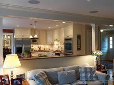 Барная стойка в интерьере гостиной, совмещенной с кухней