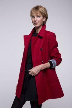 Manteau poilu rouge en laine et alpaga pour femme.