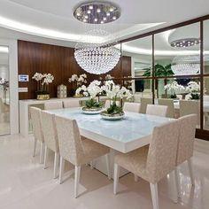 Sala de jantar com paredes revestidas de madeira e espelhos! Confira mais detalhes no blog DecorSalteado através da caixa de busca com a pesquisa: Apartamento moderno com decoração sofisticada e cores claras! Projeto: Iara Kilaris @iarakilaris ---------- | SnapWidget