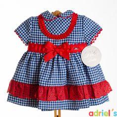Vestido para bebé de Dolce Petit a cuadros azules con lazo rojo.