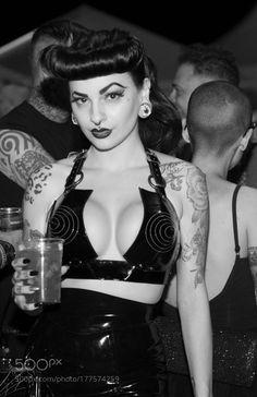 Psychobilly B&W by jordigrasmarsa Burlesque Vintage, Vintage Goth, Rockabilly Looks, Rockabilly Fashion, Fetish Fashion, Gothic Fashion, Modelos Pin Up, Goth Look, Gothabilly