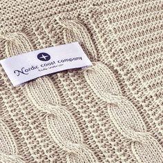 Diese hübschen Baumwolldecken der Nordic Coast Company bestehen zu 100% aus Ökotex zertifizierter Baumwolle, gestrickt im zeitlos- modernen Zopfmuster. Die Babydecken sind kuschelig weich und pflegeleicht. So halten sie auch häufiges Waschen bei gleichbleibender Qualität spielend aus. Größe 70 x 100 cm. Die passenden Babykissen sind bald separat bei uns erhältlich.