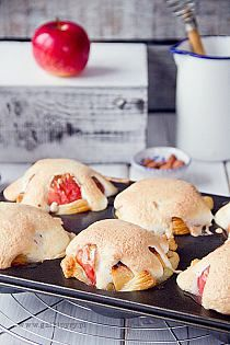baked apples with meringue and puff pastry