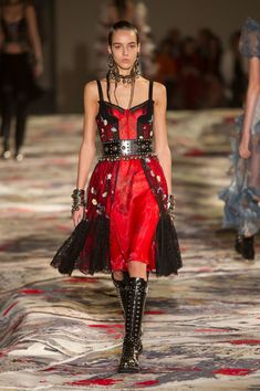 Alexander McQueen at Paris Fashion Week Spring 2017 - Runway Photos