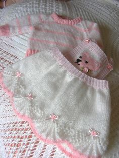 Ravelry: Teddy Outfit pattern by maybebaby designs Baby Knitting Patterns, Knitting Designs, Ravelry, Baby Pullover, Baby Girl Quilts, Crochet For Boys, Crochet Baby Booties, Baby Sweaters, Clothing Patterns