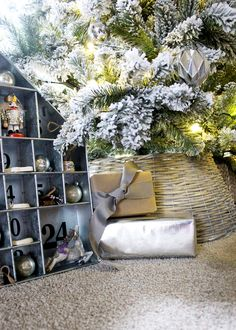 Is Christmas decorating too complicated? Take a look at over 25 incredibly simple Christmas decorations that are quick and easy, as well as timeless! Diy Christmas Room, Flocked Christmas Trees, Homemade Christmas Decorations, Modern Christmas, Simple Christmas, Christmas Holidays, Christmas Ideas, Christmas Gifts, Holiday Decor