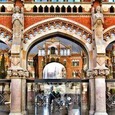 Dues icones de Barcelona: l'Hospital de Sant Pau reflectit en si mateix i al fons, la Sagrada Família.