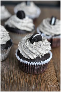 Oreo Cupcakes Oreo Cupcakes Bake Sale - Oreo Cupcakes<br> I'm a little obsessed with anything Oreos. I remember in the when cookies and cream was hip and happening. My greatest indulgence was cookies and cream thick shake. Large one pleas… Bake Sale Treats, Bake Sale Recipes, Baking Recipes, Bake Sale Cookies, Cheescake Oreo, Fluffy Cheesecake, Milka Oreo, Cookie And Cream Cupcakes, Oreo Cookie Cupcakes
