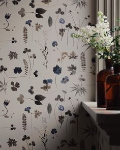 Delicate botanical leaves and flowers, the look is almost as pressed flowers. The wallpaper is called eco simplicity botanica. Wallpaper Travel, Print Wallpaper, Iphone Wallpaper, Wallpaper Wallpapers, Flowers Wallpaper, Botanical Wallpaper, Sofa Workshop, Sweet Home, Interior Exterior