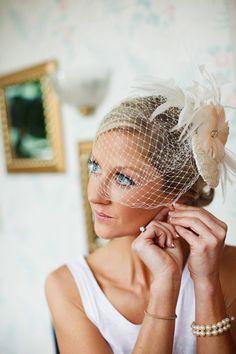 Idea> Si sólo te vas a casar por el civil y te ilusiona llevar velo, usa uno corto como éste.