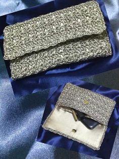 Carteira em crochê com acabamento em cetim divisória interna ela é delicada prática especial para seus momentos especiais