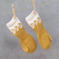~ Barnehagevotter ~ #barnehagevotten #barnehagevotter #barnestrikk #dropsgarn #snøløvvotter #dropsmerinoextrafine #strikk #strikking #strikket #strikke #sticka #strik #dropsfan #stricken #knitting_inspiration #knit #knitting #knitted #dropsdesign #handmade #votter #knittersofinstagram #knitstagram #instaknit #garnstudio #knittinginspiration Drops Design, Christmas Stockings, Holiday Decor, Crafts, Craft Ideas, Instagram, Home Decor, Threading, Needlepoint Christmas Stockings